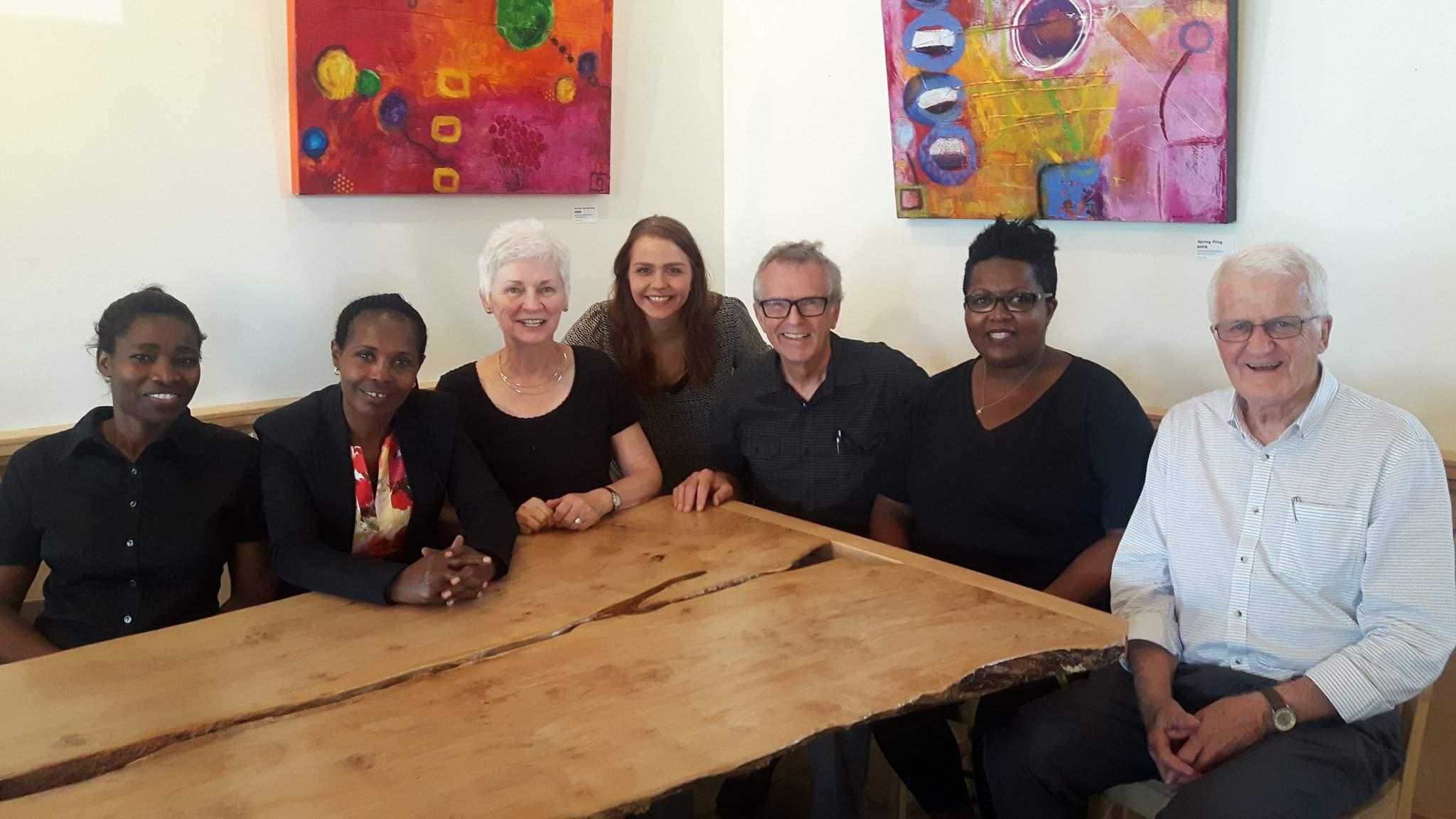 De gauche à droite: Evelyne Kwizera, Delphine Furaha, Judy Allard, Hortense Bleytou, Vern N. Redekop, Anne-Marie Habyalimana and Pierre Allard
